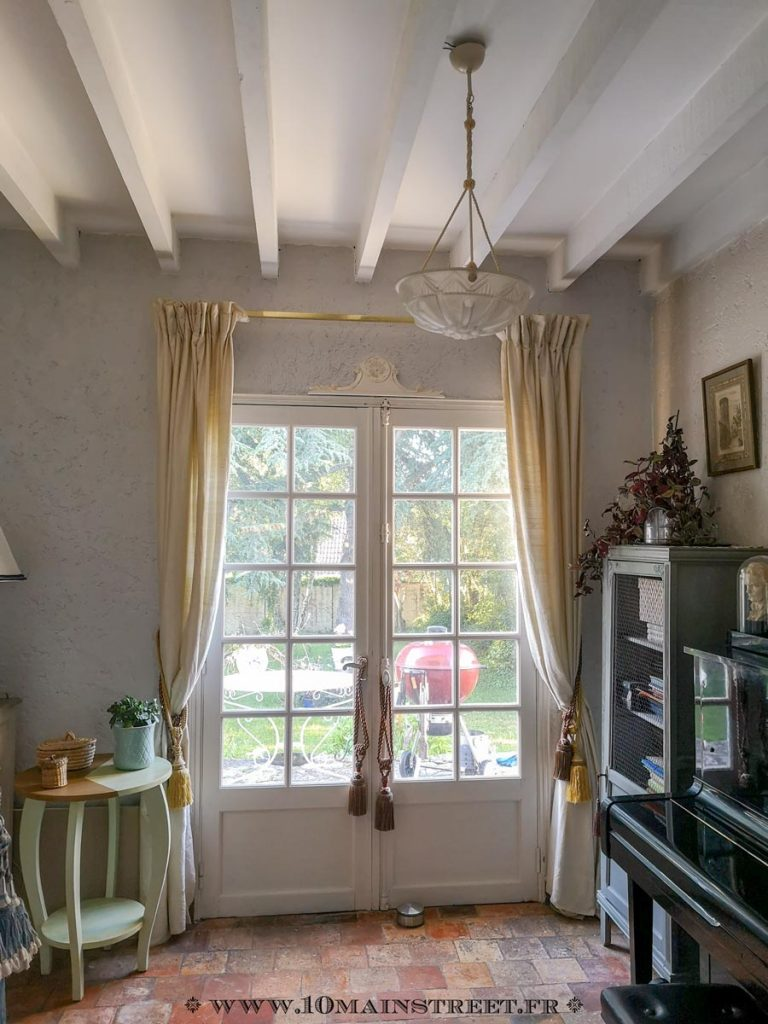 Porte-fenêtre ornée de fronton