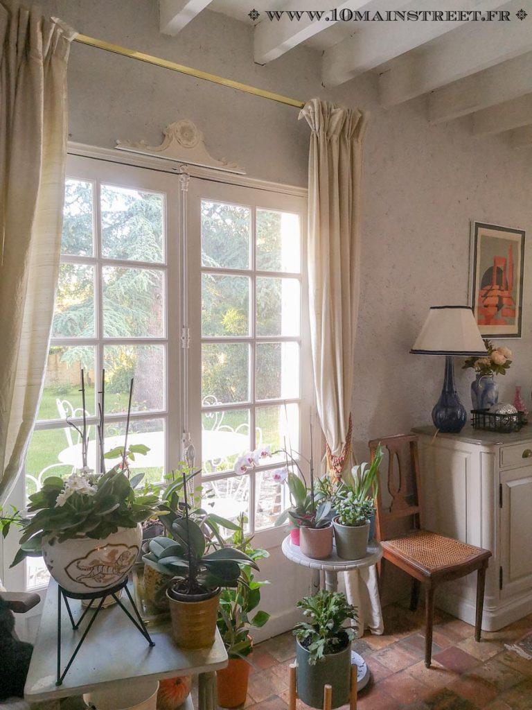 Porte-fenêtre ornée d'un fronton ancien