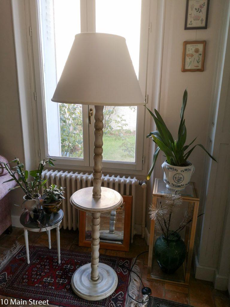Le lampadaire shabby-chic dans le salon