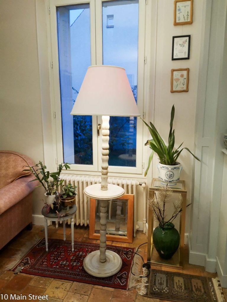 Lampadaire shabby-chic dans le salon la nuit -10 Main Street