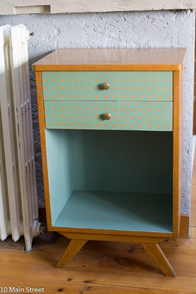 Meuble de bureau vintage relooké en vert et papier déco