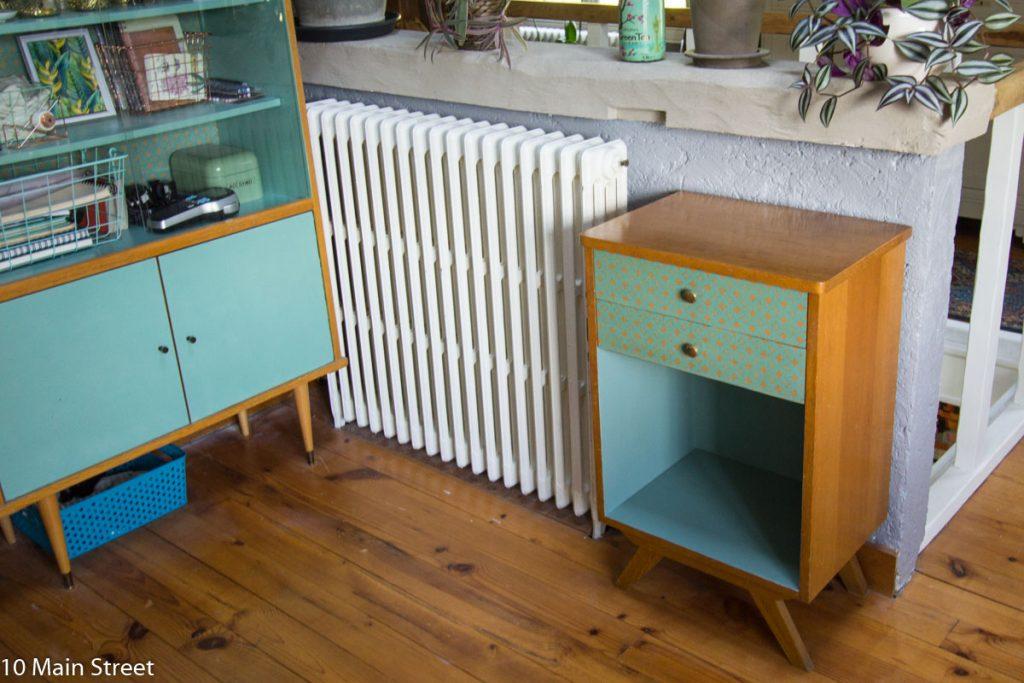 Le meuble de bureau vintage à côté de la bibliothèque