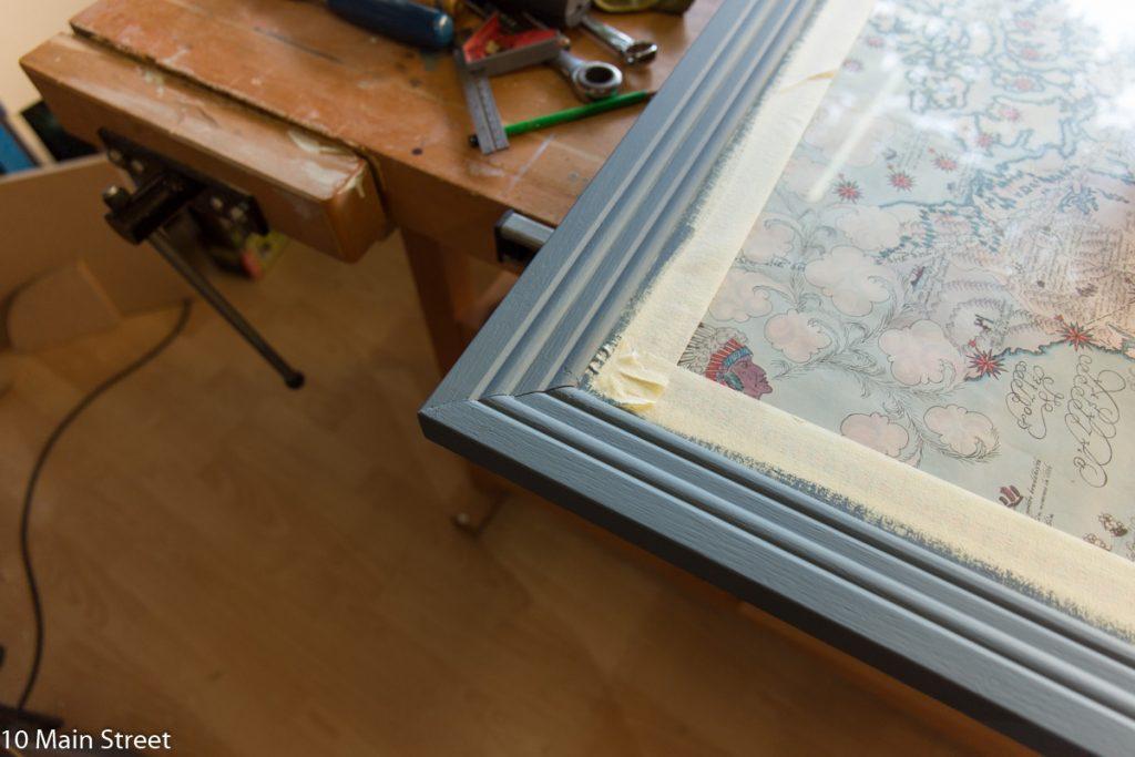 Détail du cadre peint en bleu