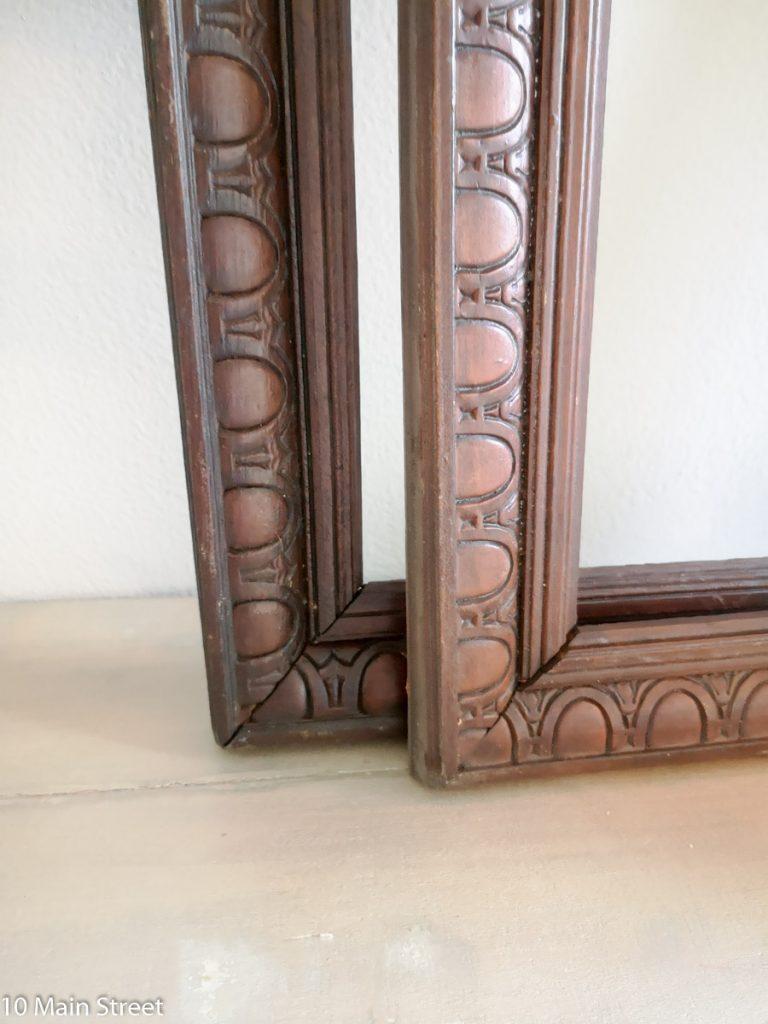 Détail des cadres vintage en bois mouluré