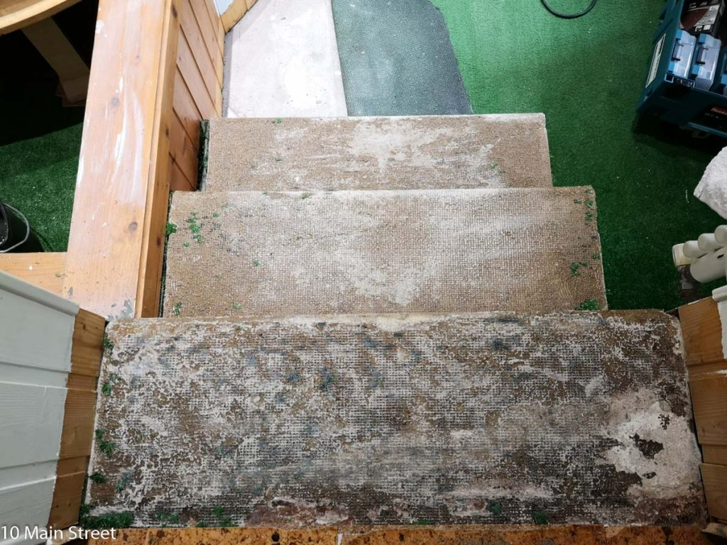 Moquette verte retirée de l'escalier de la salle de bain