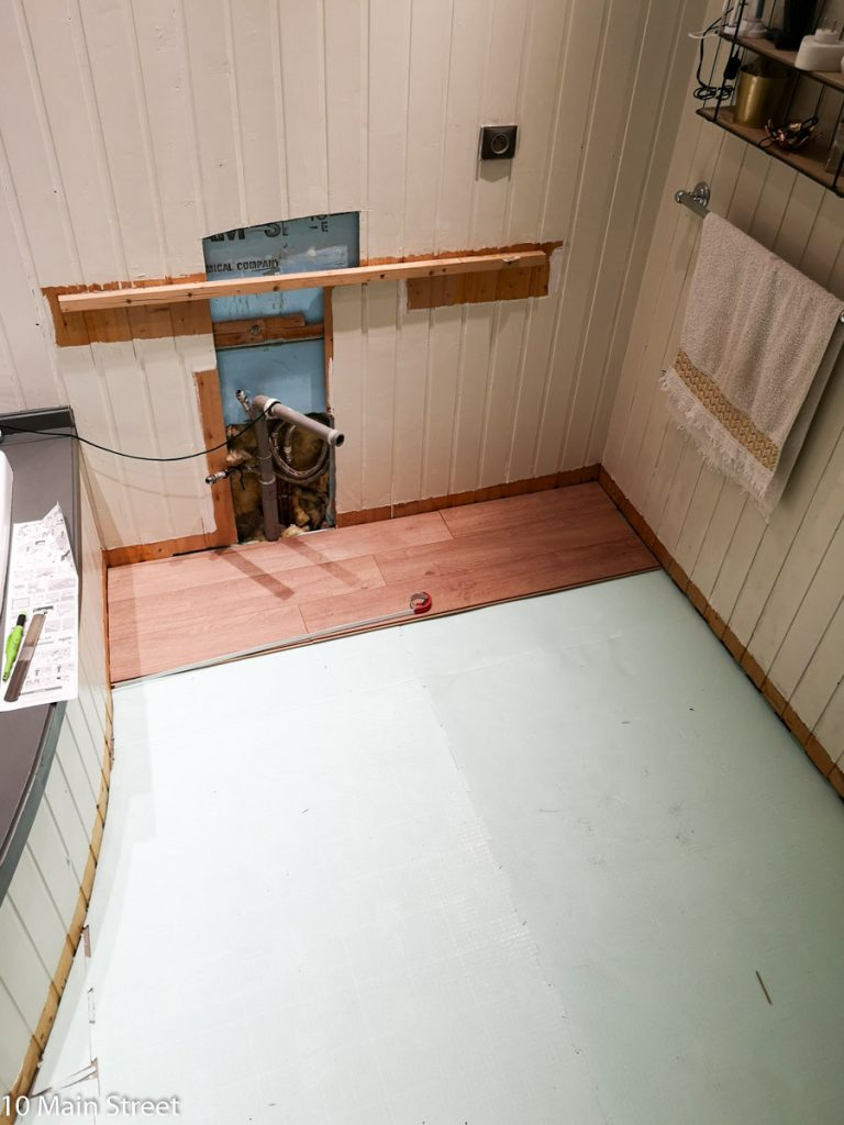 Pose du parquet stratifié dans la salle de bain