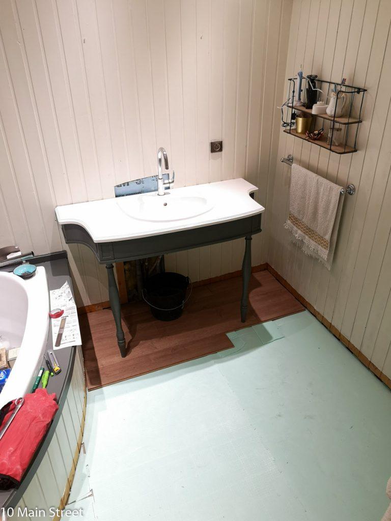 Pose du parquet dans la salle de bain