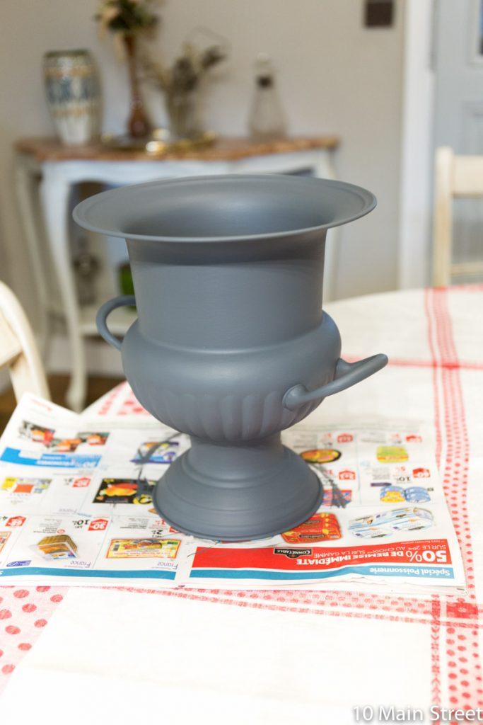 Vase peint en gris foncé