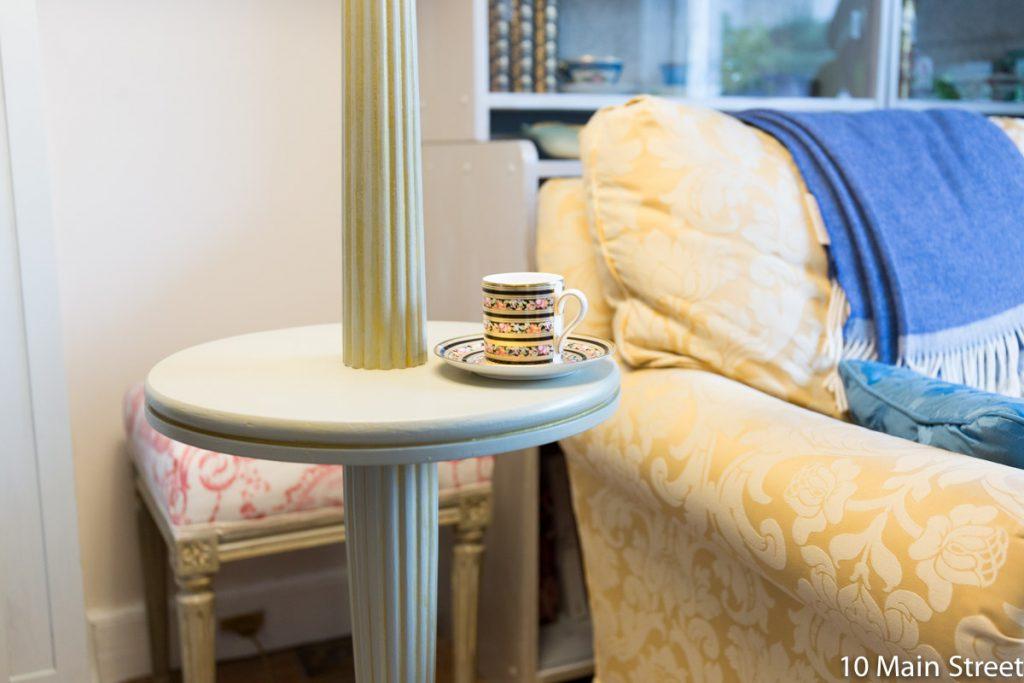 Tasse à café vintage Wedgwood sur le plateau intermédiaire du lampadaire gris et or