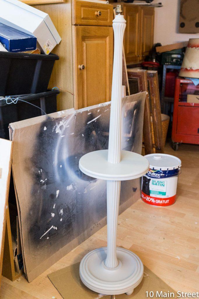 Le lampadaire peint en gris