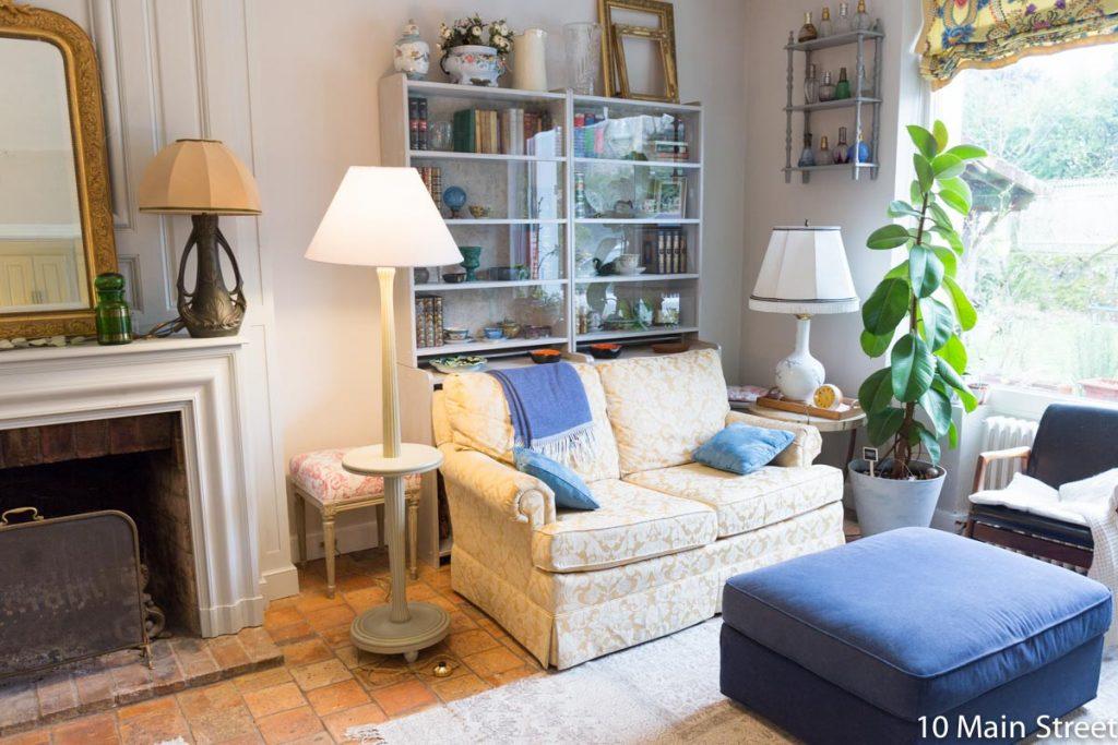 Le lampadaire gris et or dans le salon