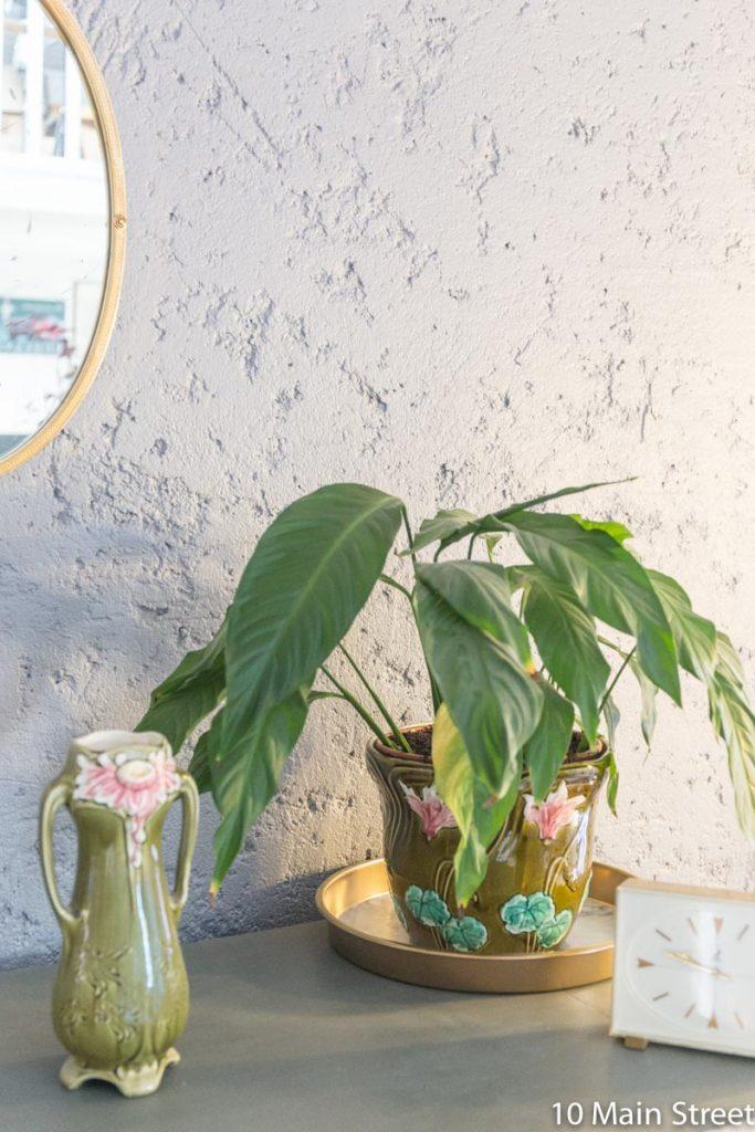 Le plateau marbre & or sous un pot de fleurs