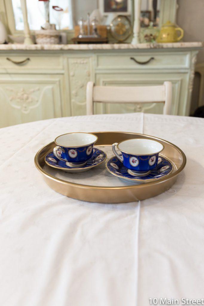 Le plateau marbre & or garni de tasses à café