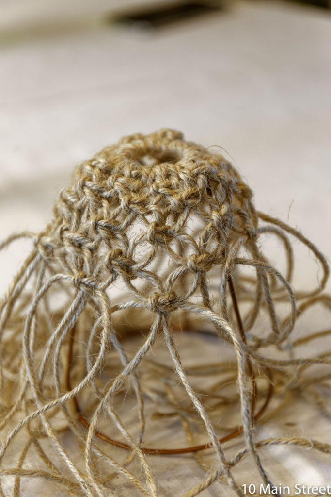 Noeuds plats en macramé pour une lampe suspendue en corde