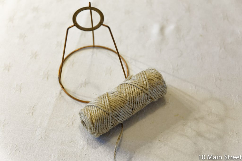 Morceau de carcasse d'abat-jour et bobine de corde