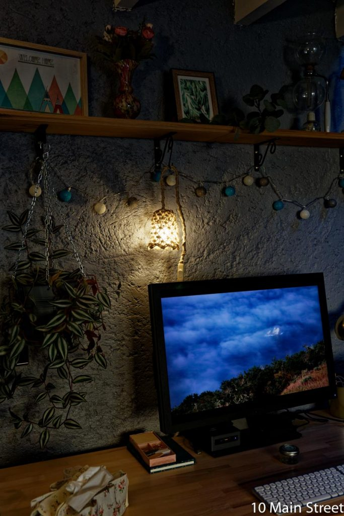 Lampe suspendue en corde allumée