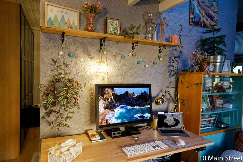 Bureau illuminé par la lampe suspendue en corde