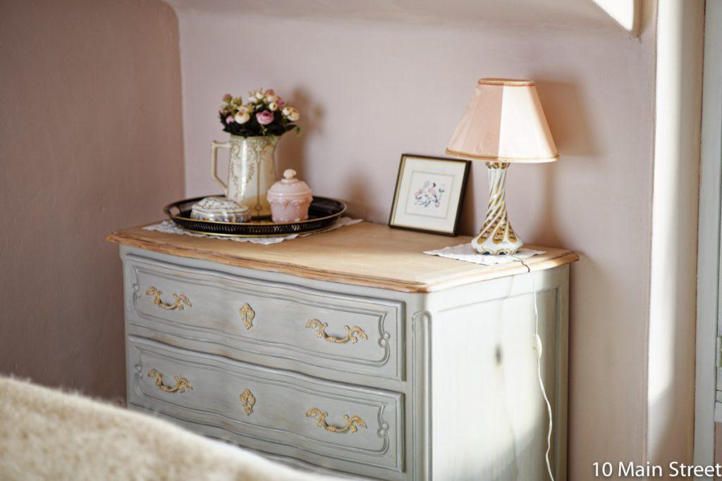 Commode grise dans notre chambre rose