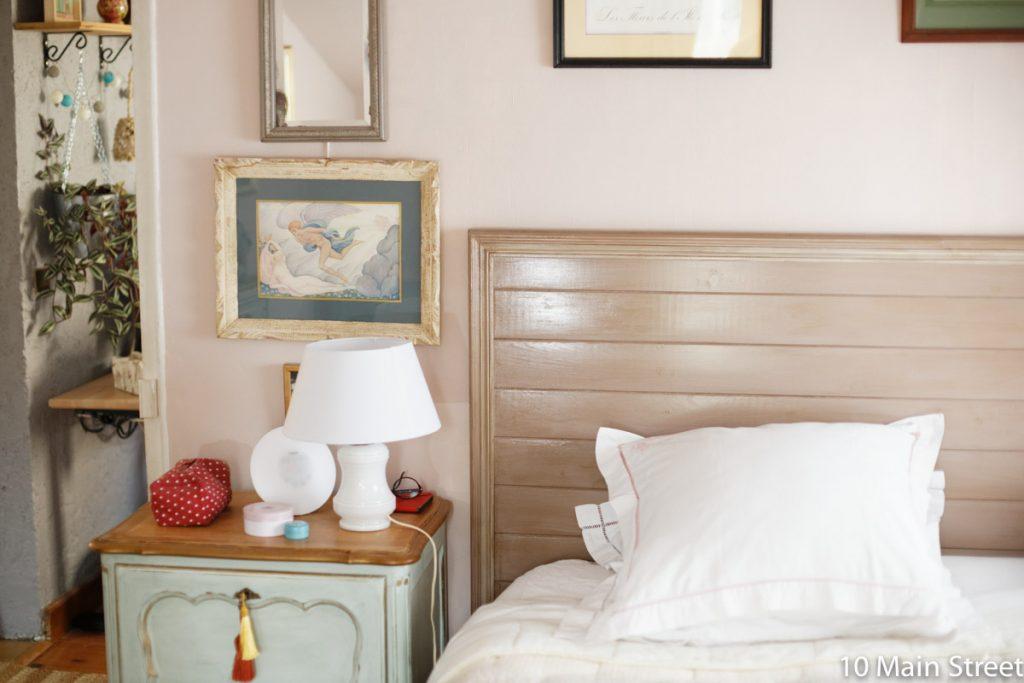 Chevet vert dans la chambre rose