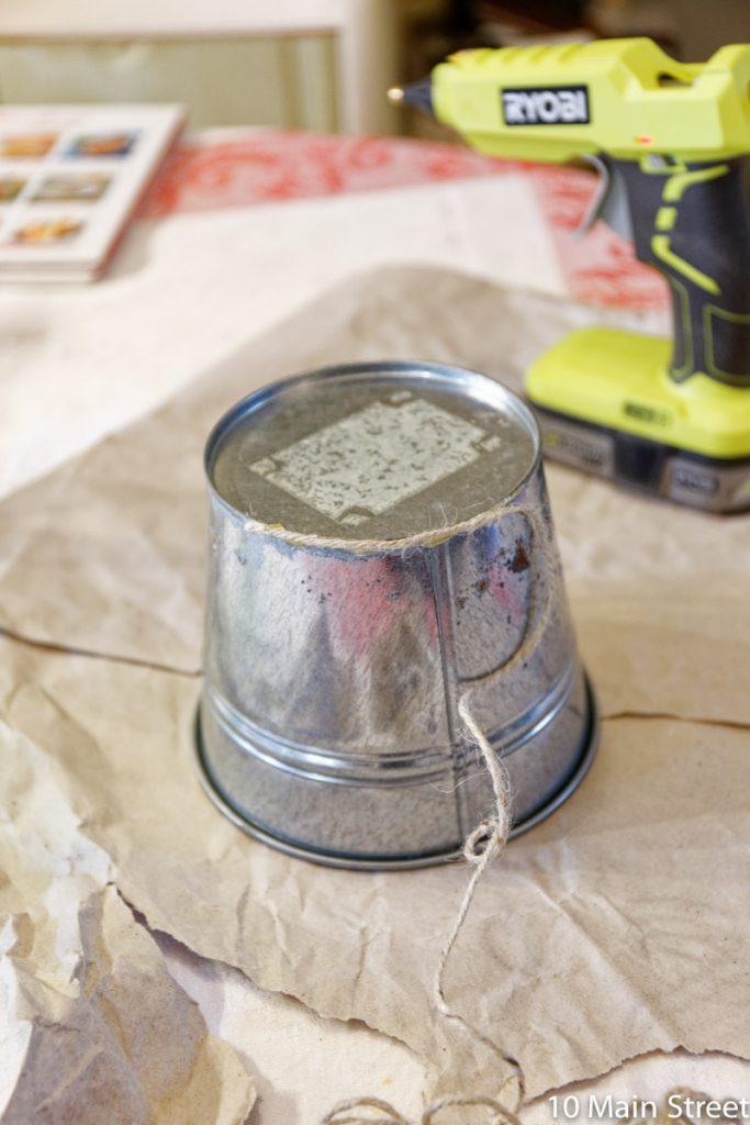 Couvrir un cache-pot avec de la corde