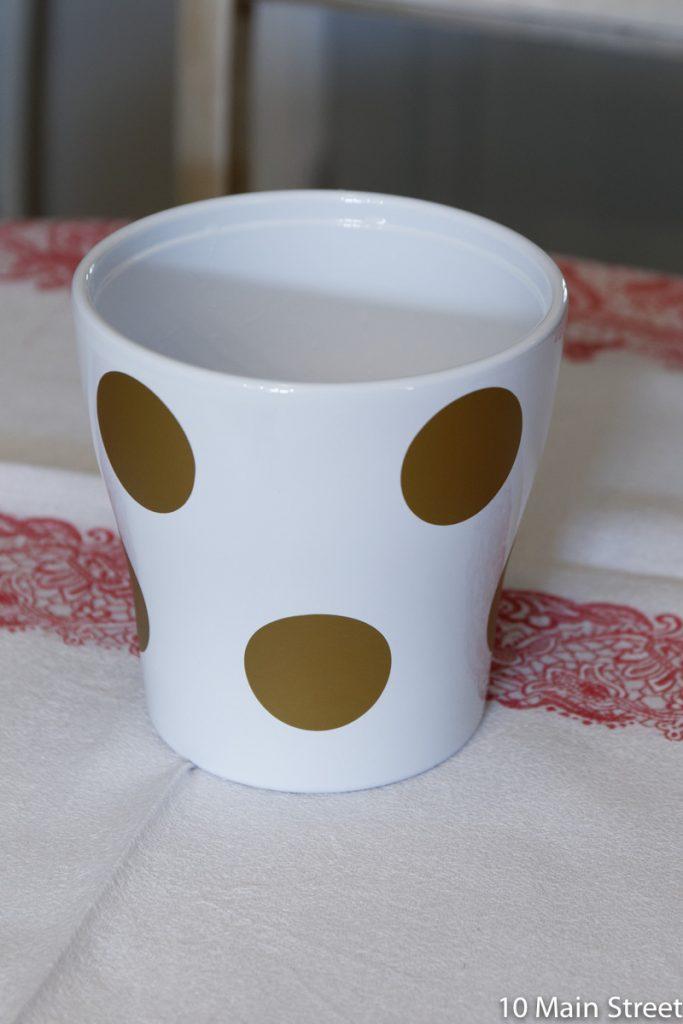 cache-pot blanc à pois dorés
