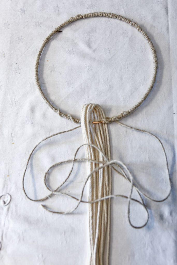 Cordes passées au travers du cercle d'abat-jour décoré à la corde en jute