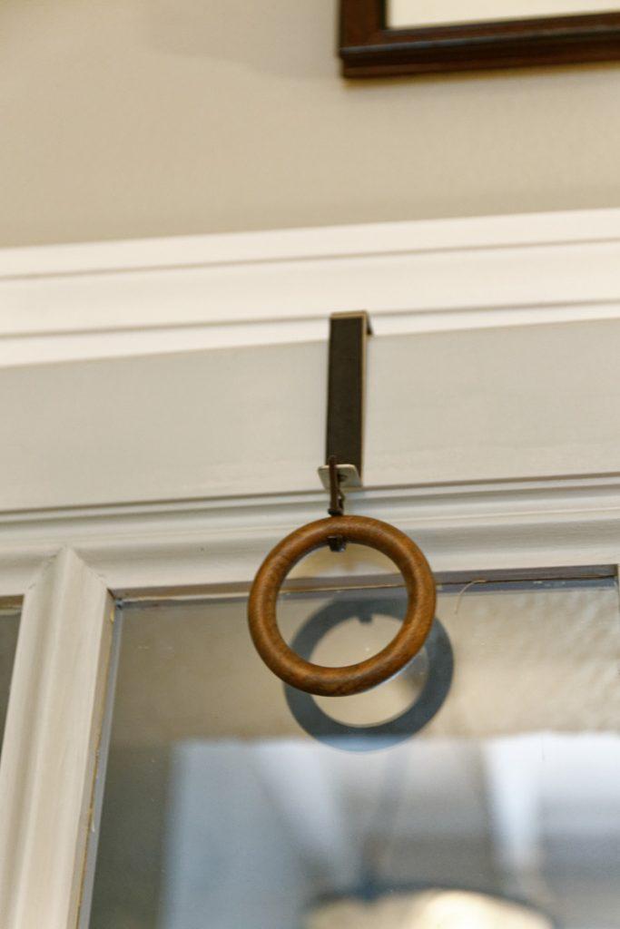 Crochet et anneau fixés sur une porte pour réaliser le macramé