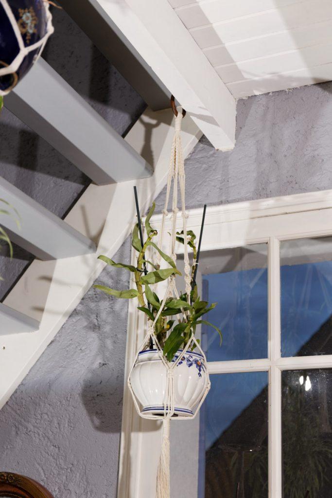 Suspension à plante en macramé fixée à une poutre