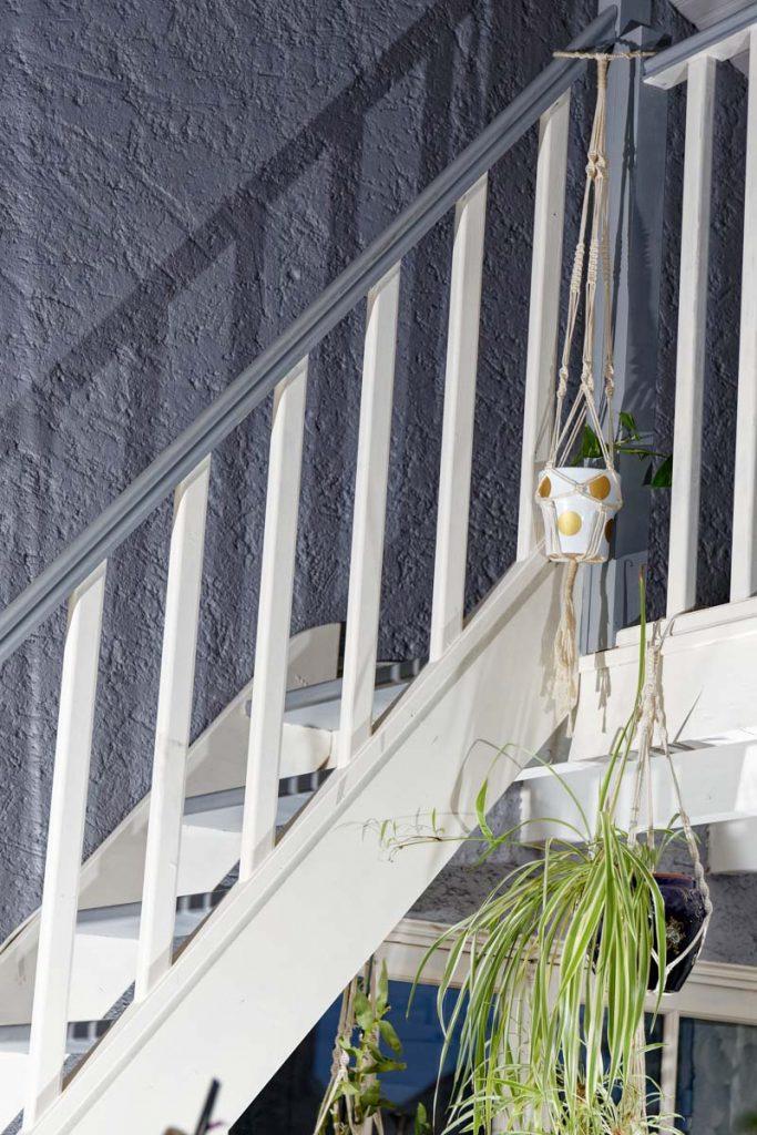 Suspension en macramé posée autour des poteaux de l'escalier