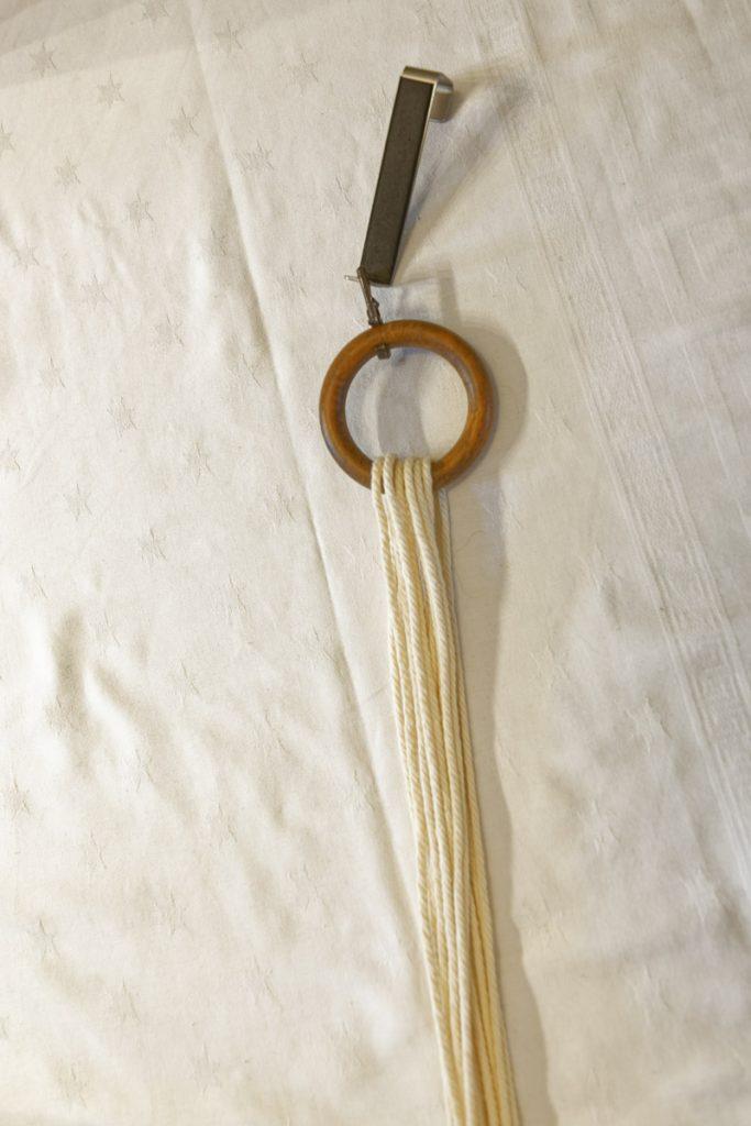 Passer les cordes dans l'anneau pour commencer la suspension