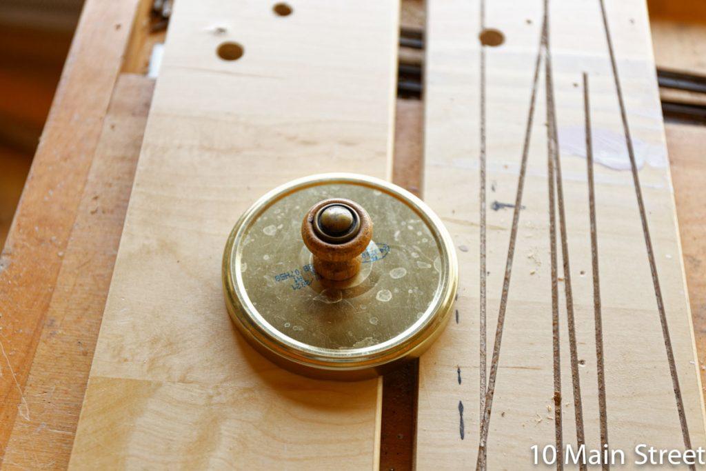 Couvercle équipé d'un bouton décoratif