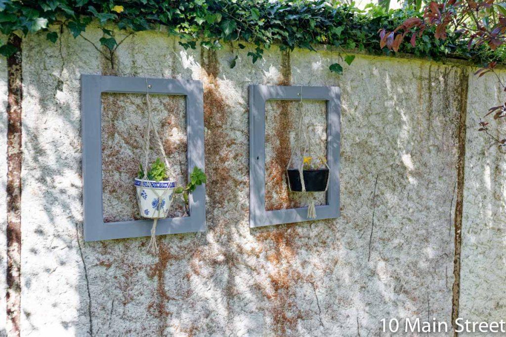Portes de buffet utilisées comme cadres pour des plantes suspendues