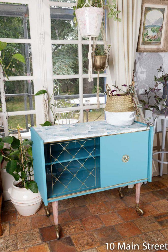 Bar Vintage en formica relooké avec une plante posée dessus