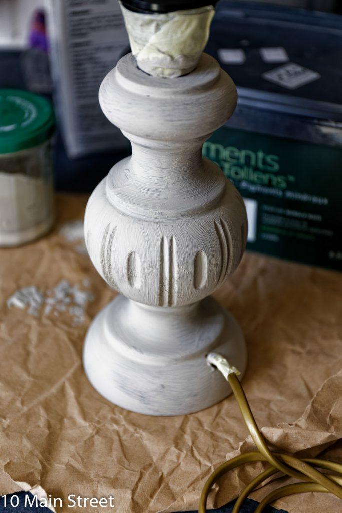 1e couche de peinture à la craie maison sur la lampe en bois rustique