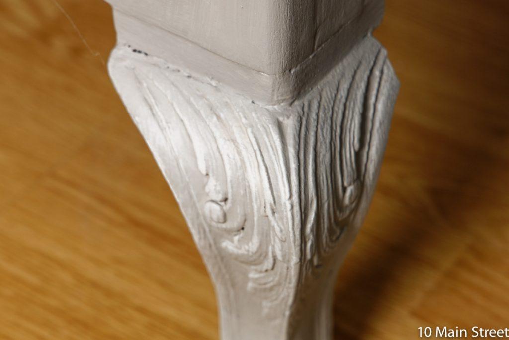 moulures des pieds soulignées par dry-brushing