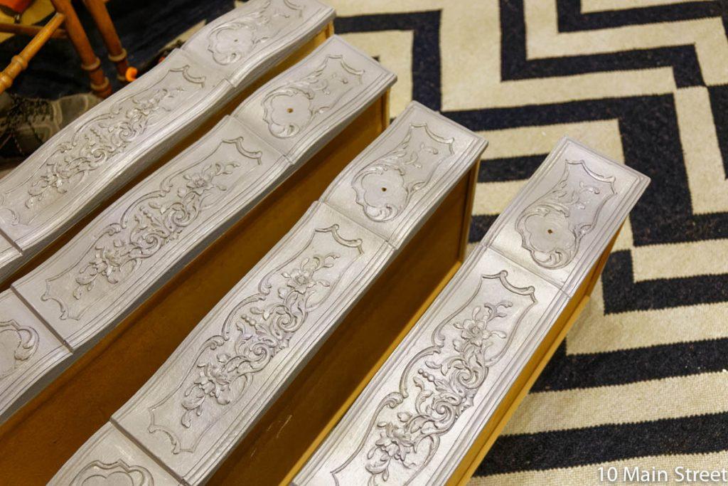 tiroirs de la commode ornée peints en gris foncé