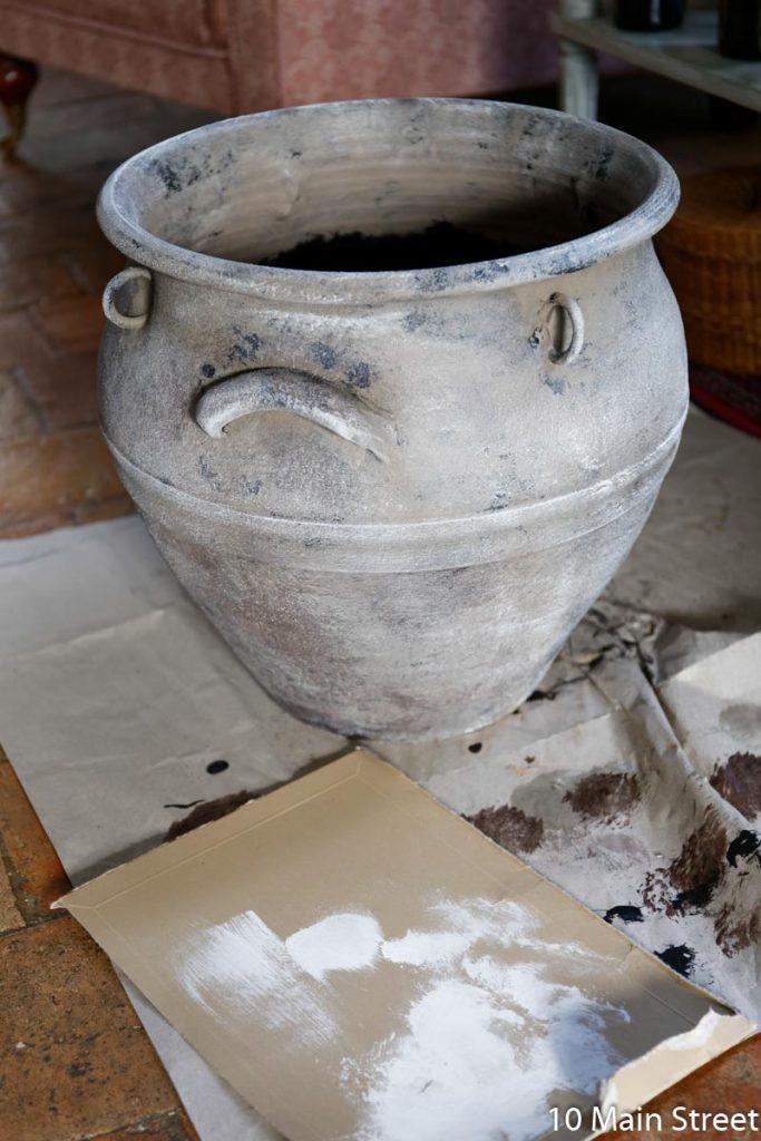 Finition avec une couche de blanc en dry-brushing sur le cache-pot patiné