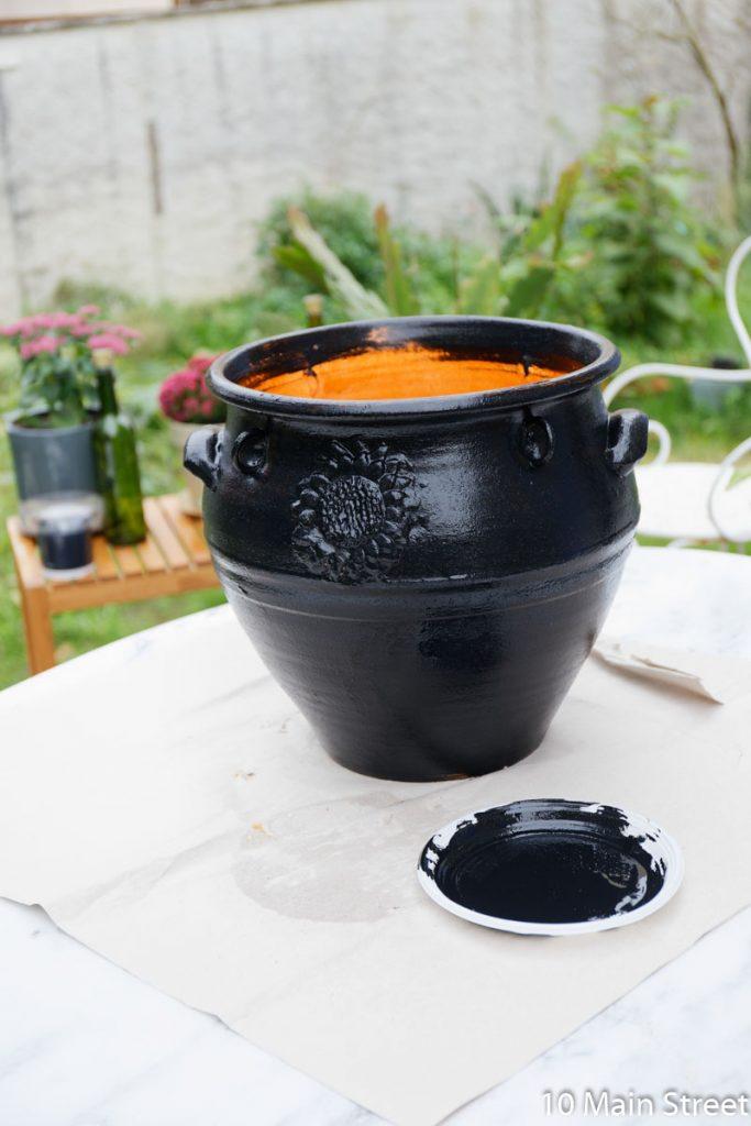 1e couche de peinture noire sur le cache-pot en résine
