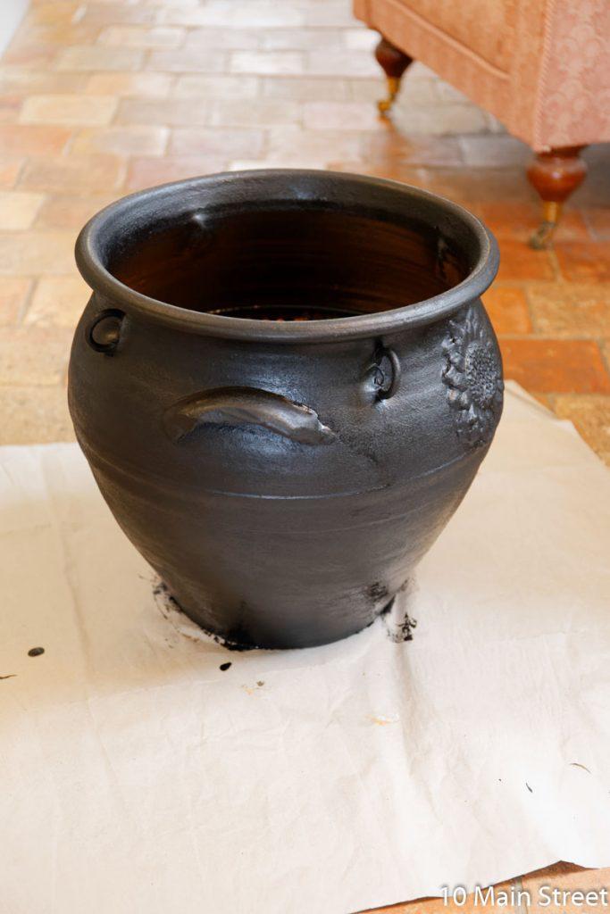 2e couche de peinture noire sur le cache-pot