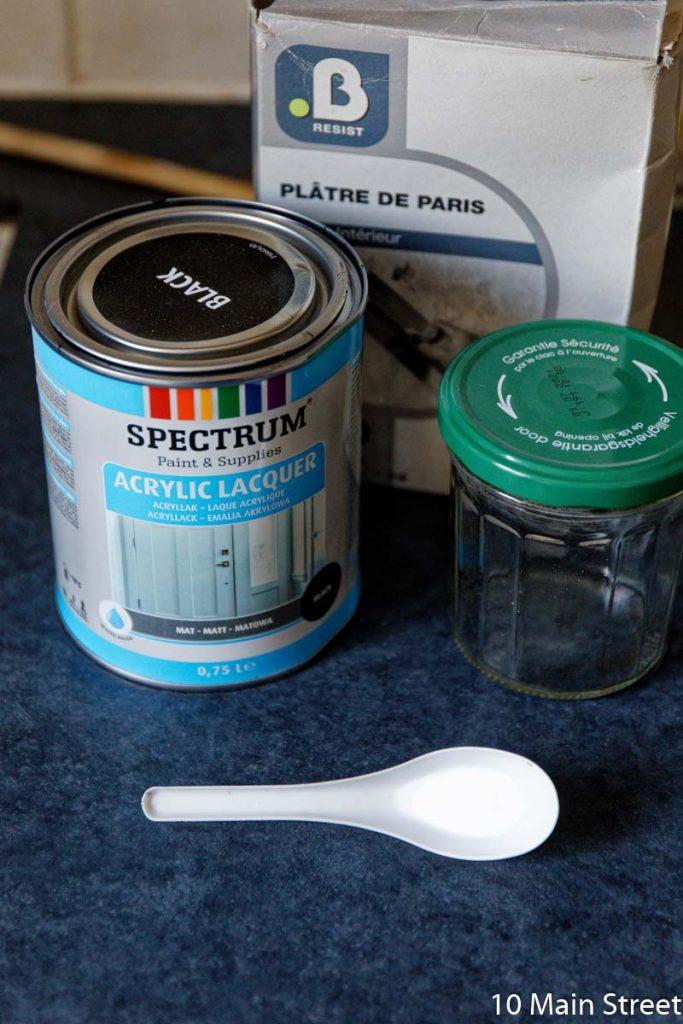 Peinture noire Action et plâtre pour réaliser de la peinture à la craie maison
