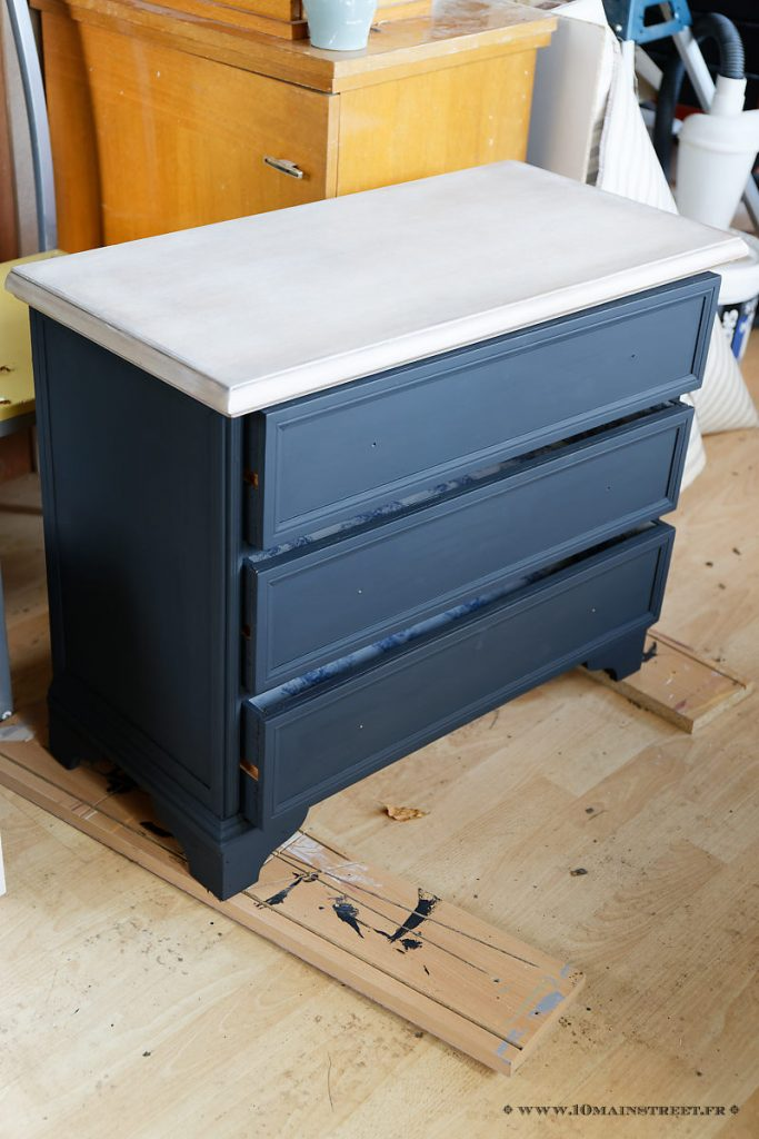 Petite commode noire peinte à la chalk paint maison