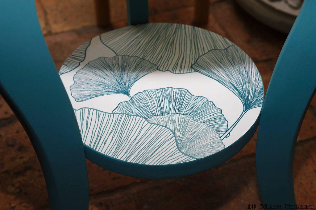 Papier peint sur le plateau inférieur du guéridon bleu