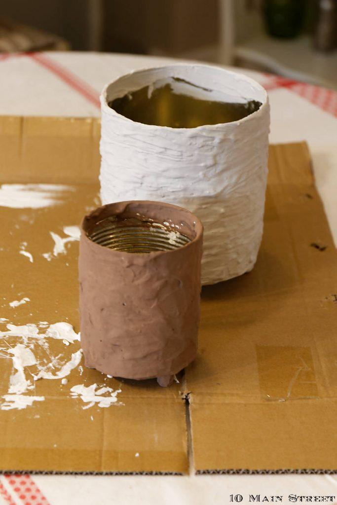 Peinture des cache-pots réalisés à partir de conserves enduites