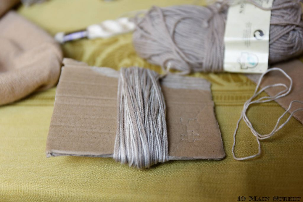 Enroulage de la laine sur un carton pour réaliser un pompon