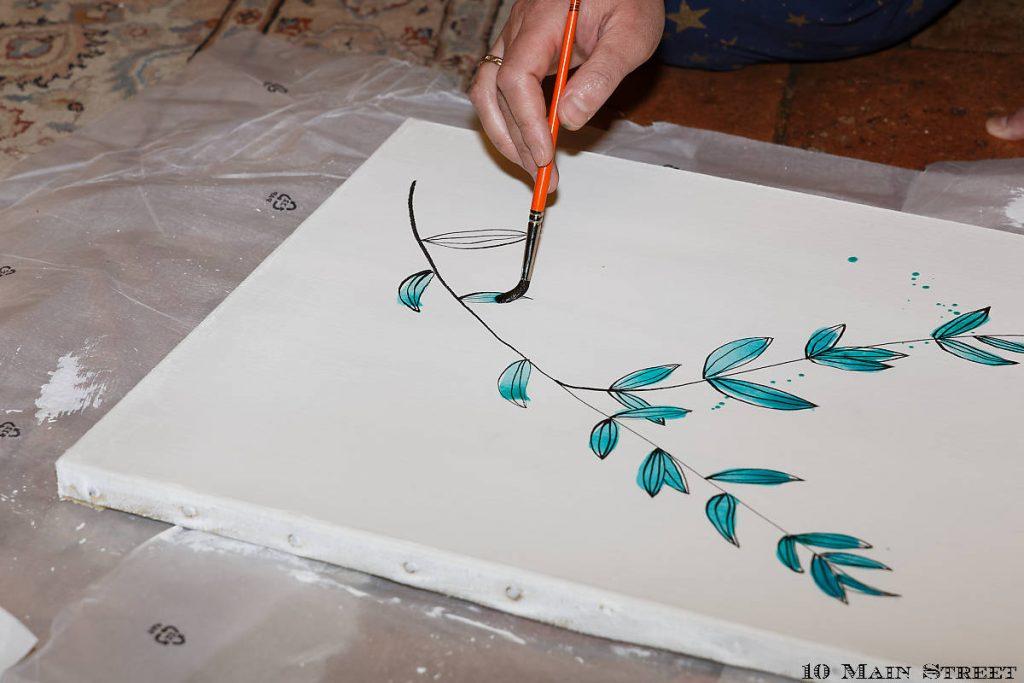 Application  de l'aquarelle sur les feuilles stylisées