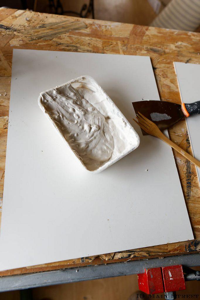 Enduit et planches de récup pour la déco murale abstraite