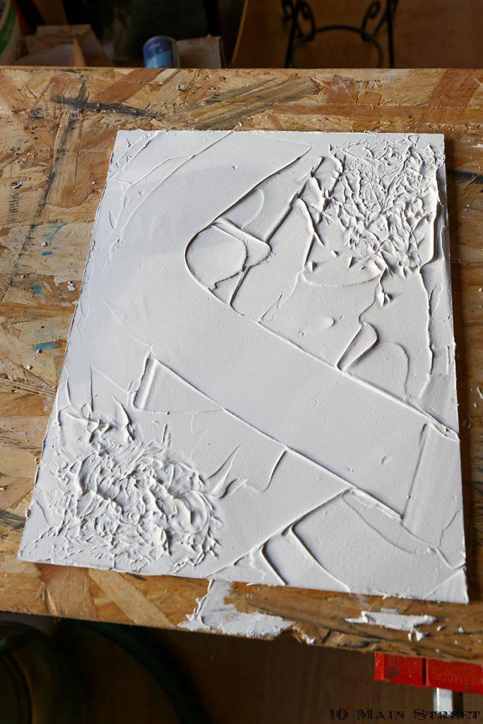 Déco murale abstraite modelée dans l'enduit