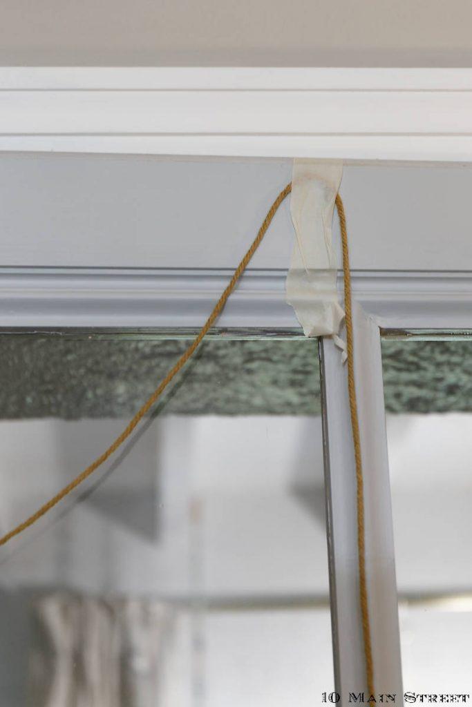 Cordes fixées avec de l'adhésif de masquage