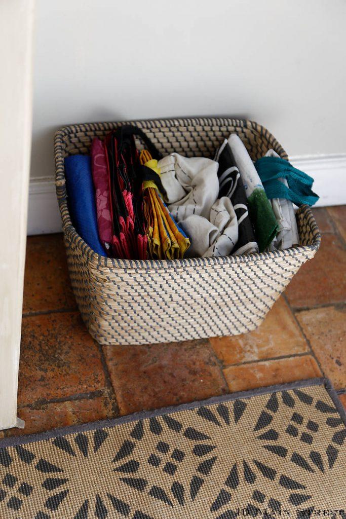 Panier pour ranger discrètement les sacs à courses