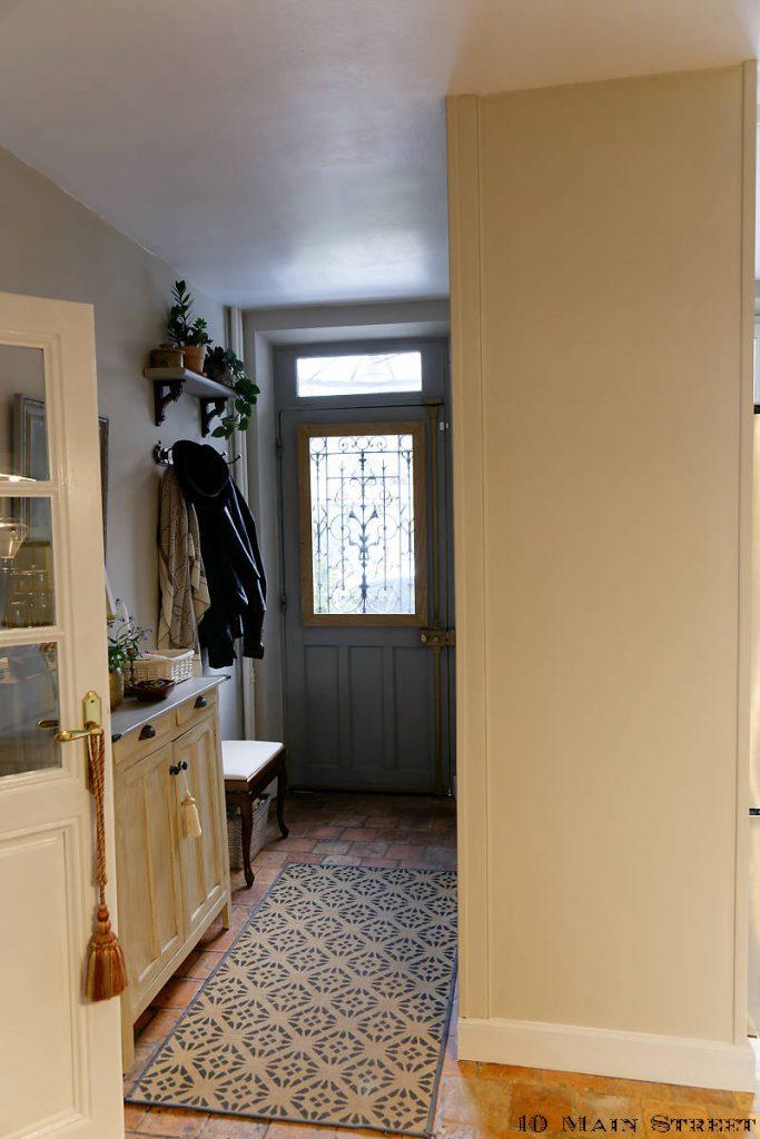 Cloisons et plinthes achevées dans l'entrée